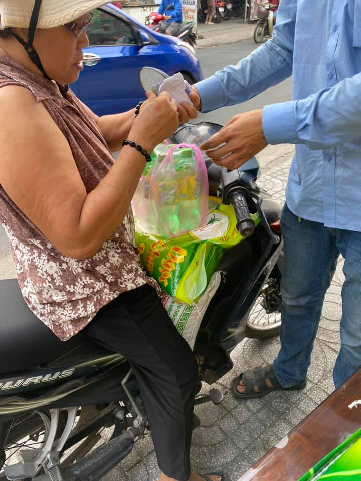 Khách hàng mua gạo