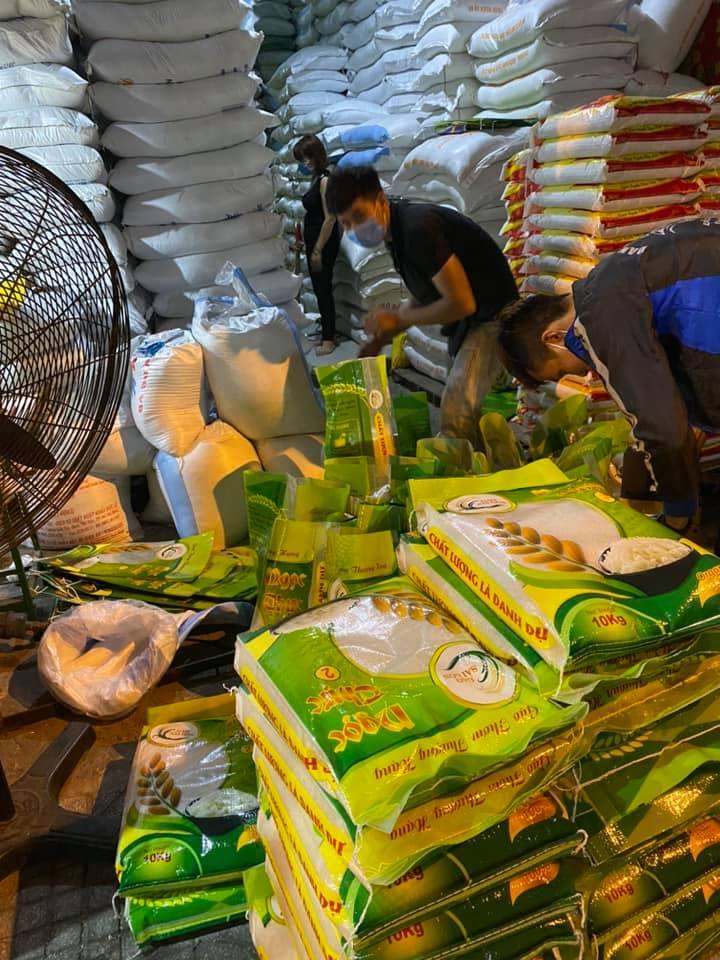 nhân viên đóng gói gạo